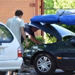 OZ auto mechanic helping - Местный автомеханик пытается помочь