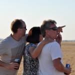 Vicki looks for the first pilots in goal - Вики высматривает первых финиширующих