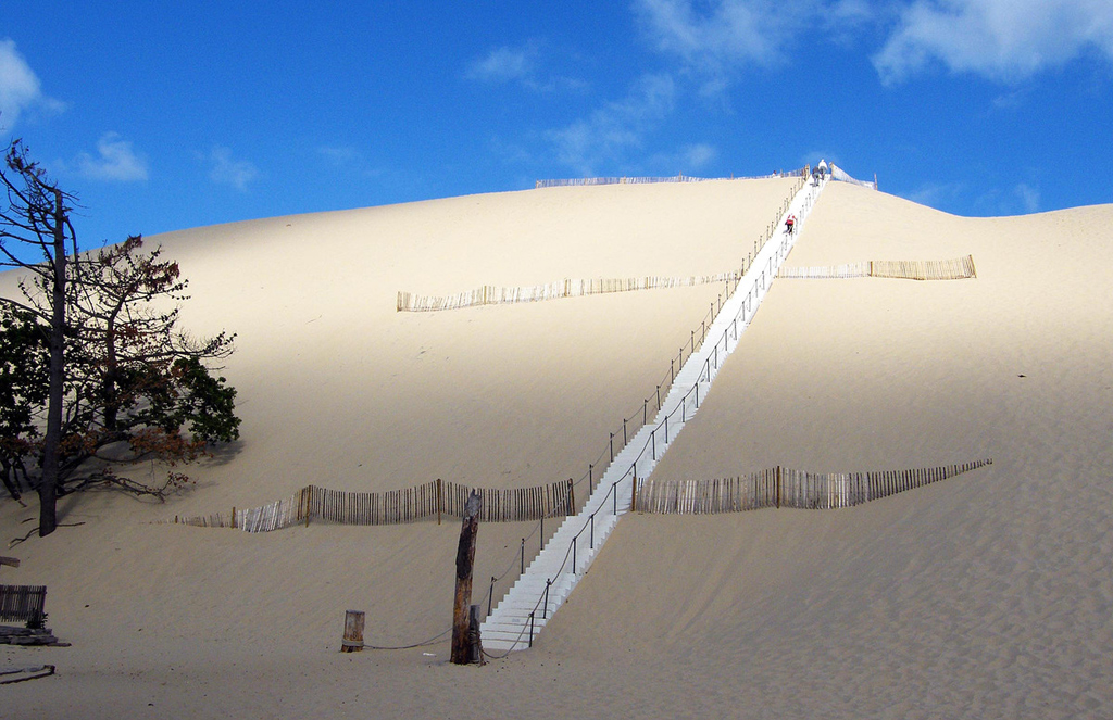 Long pedestrian stairs to the top of the dune ~ Длинная пешеходная лестница на самый верх