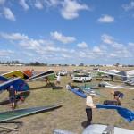 Pilots setting up their gliders ~ Сборка дельтапланов на ветру